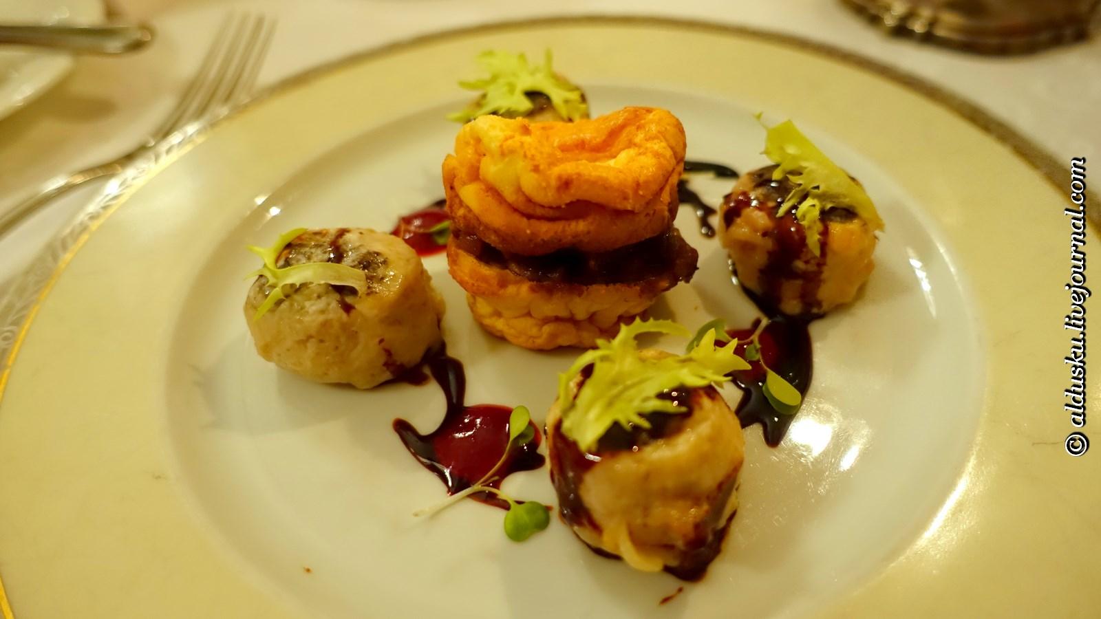 Котлетки из зайчатины чиненные трюфелями и печенью кролика, подаются на грибном суфле и соусом из сотерна