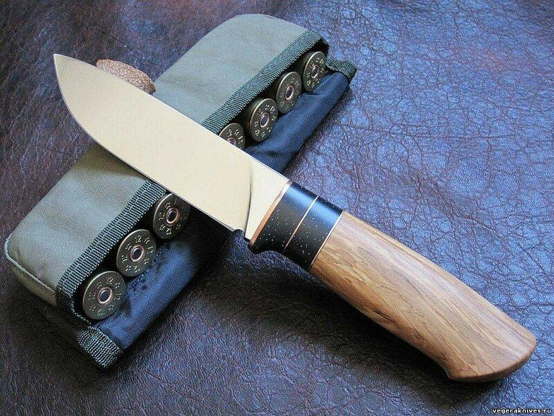 Нож серии Норвег. Клинок - сталь ДИ90. Длина 140 мм,ширина 40 мм,толщина 5 мм. Рукоять - дерево оливы,пластик. Ножны- кожа
