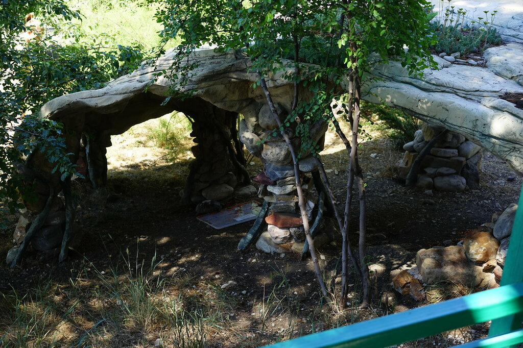 Каменный навес в зоопарке. Сафари-парк, Геленджик.