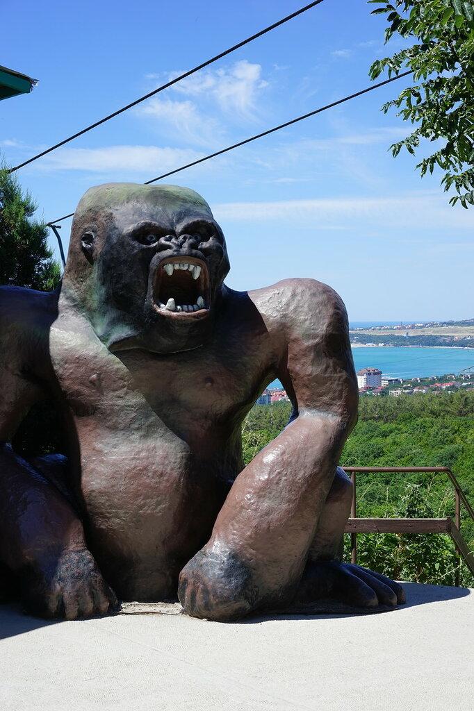 Статуя гориллы в  Сафари-парк, Геленджик.