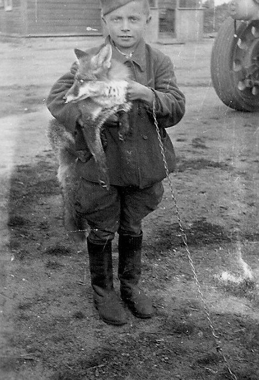 Попавший в плен воспитанник с ручным лисенком.