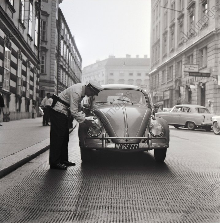 - Policeman cleans headlights / c.1959 -