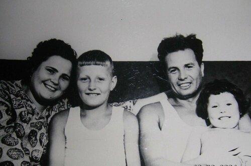 С родителями и сестрой.jpg