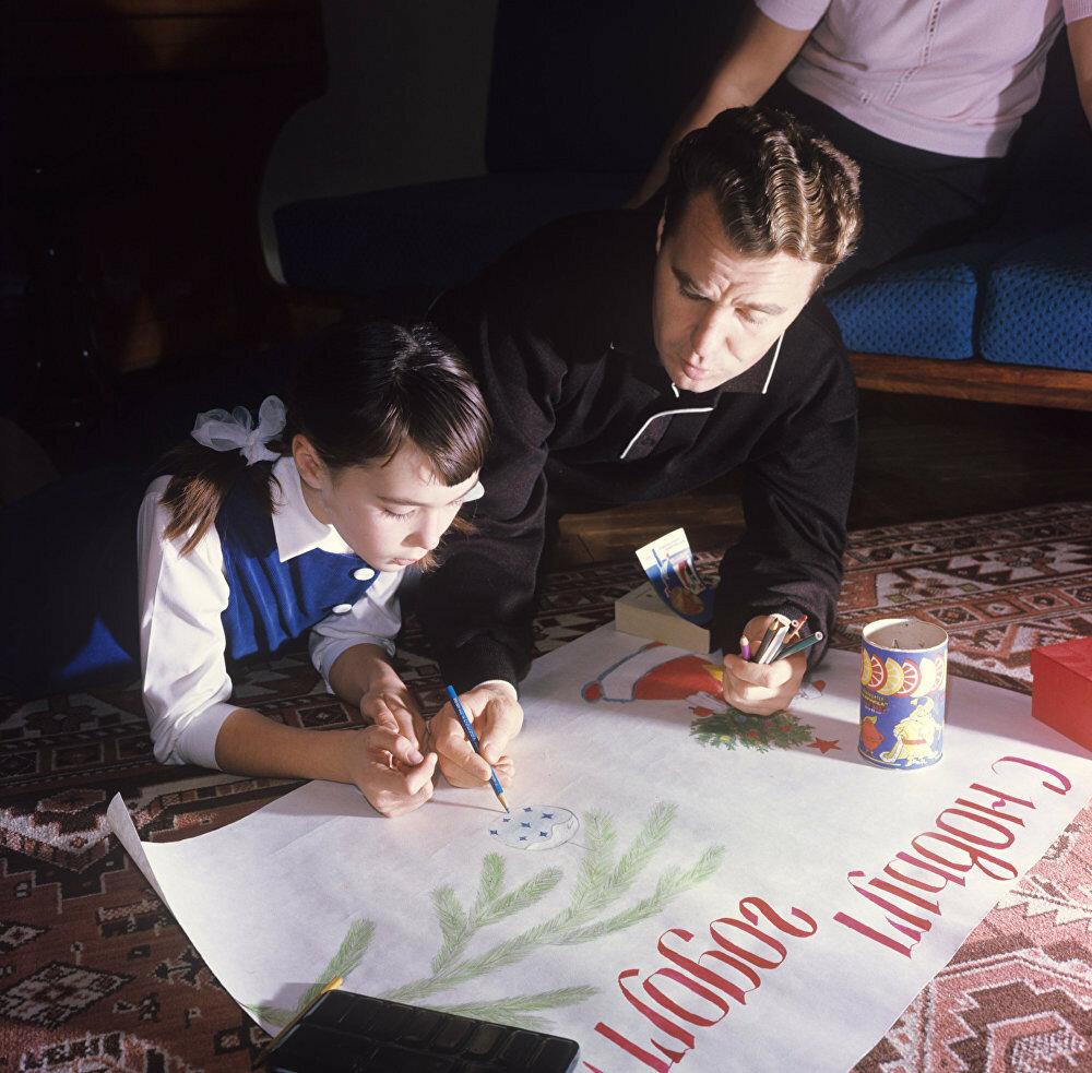 1969 Летчик-космонавт СССР, дважды Герой Советского Союза, полковник Владимир Александрович Шаталов рисует с дочерью Леной школьную стенгазету. А. Моклецов.jpg