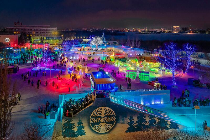 Яркое новогодье среди вечернего города
