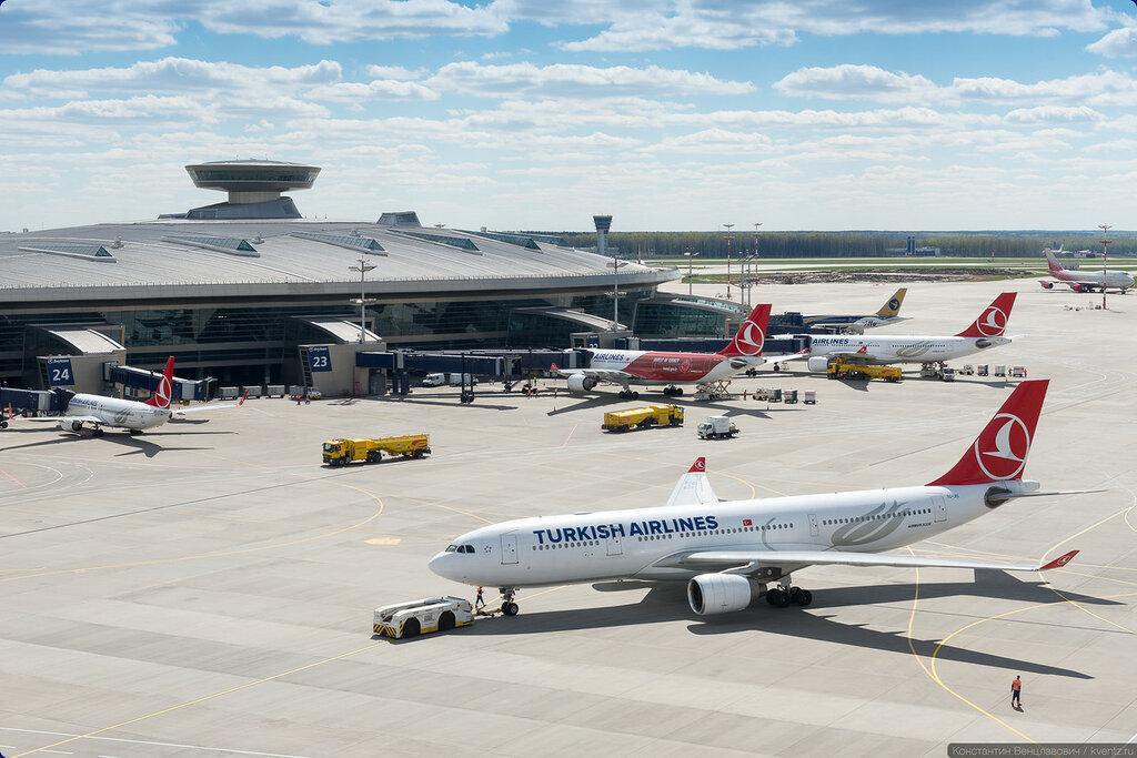 Тягач выталкивает A330 на точку запуска двигателей