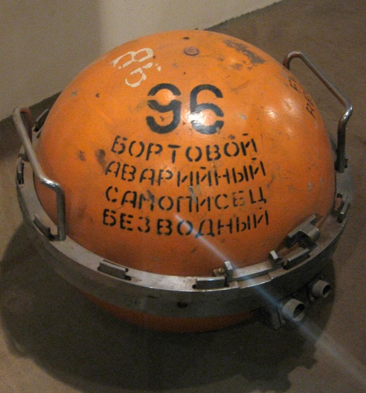 Бортовой самописец (именно так на самом деле называется устройство) обычно делают красного или оранж