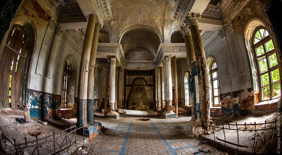 6. На еще недостроенный храм падает почти завершенная колокольня и частично его разрушает.