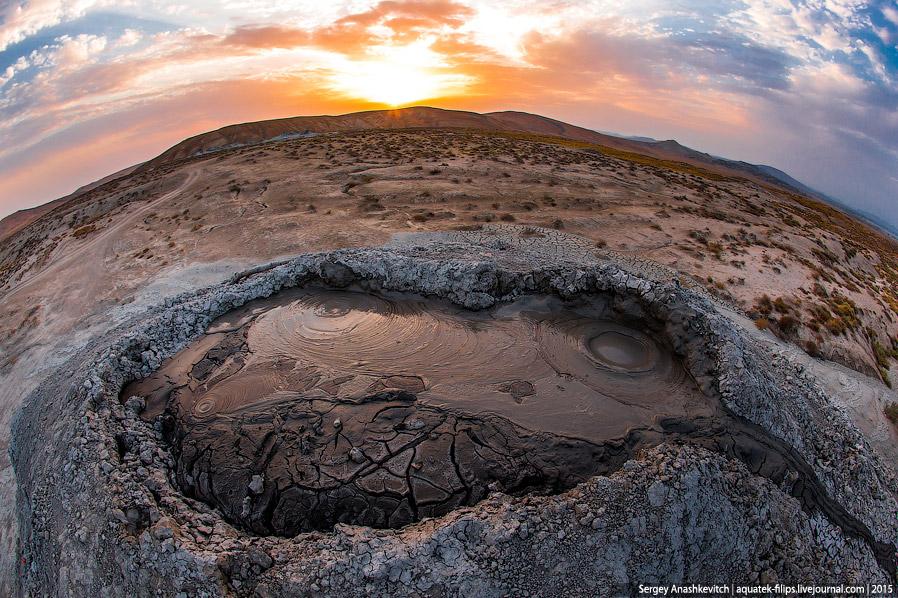 10. Извержение грязевых вулканов сопровождается сильным взрывами и подземным гулом. Из глубоких