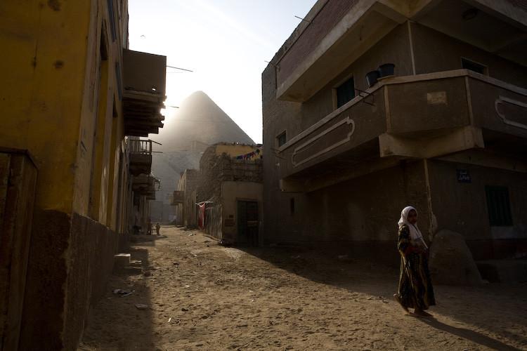 Вид на пирамиду Хеопса с улицы Гизы.