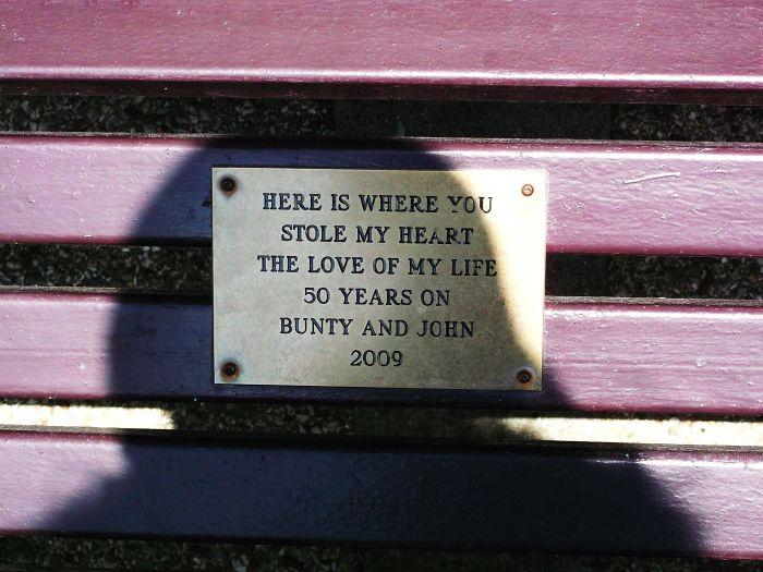«Здесь мое сердце украла любовь всей моей жизни. Джон и Бинти, 50 лет вместе. 2009 год».