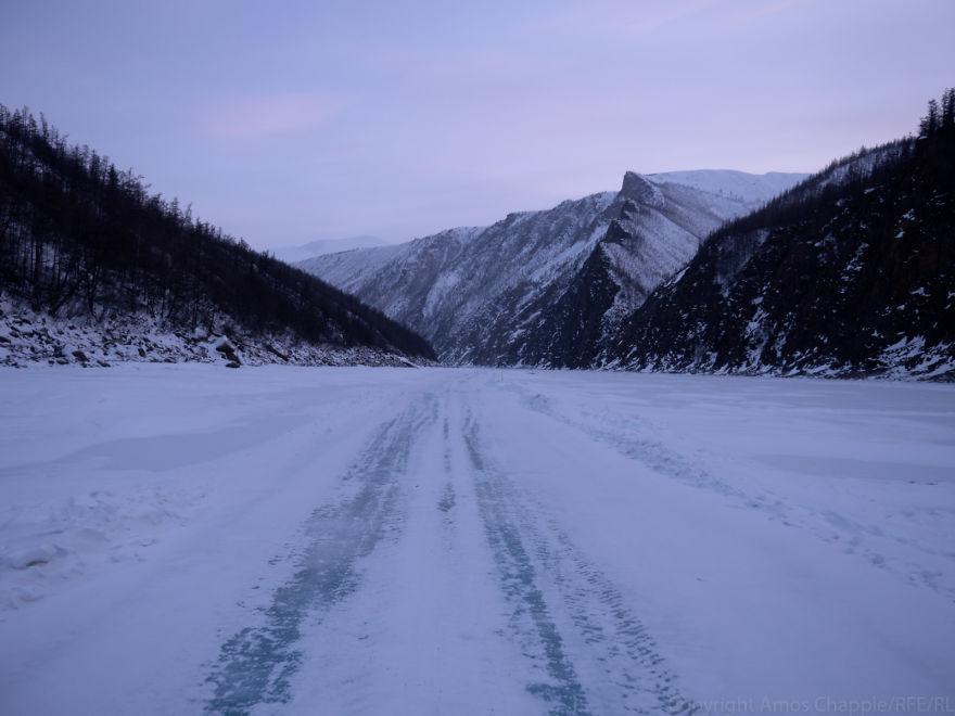 Мы отмахали половину маршрута, и тут начался лед.