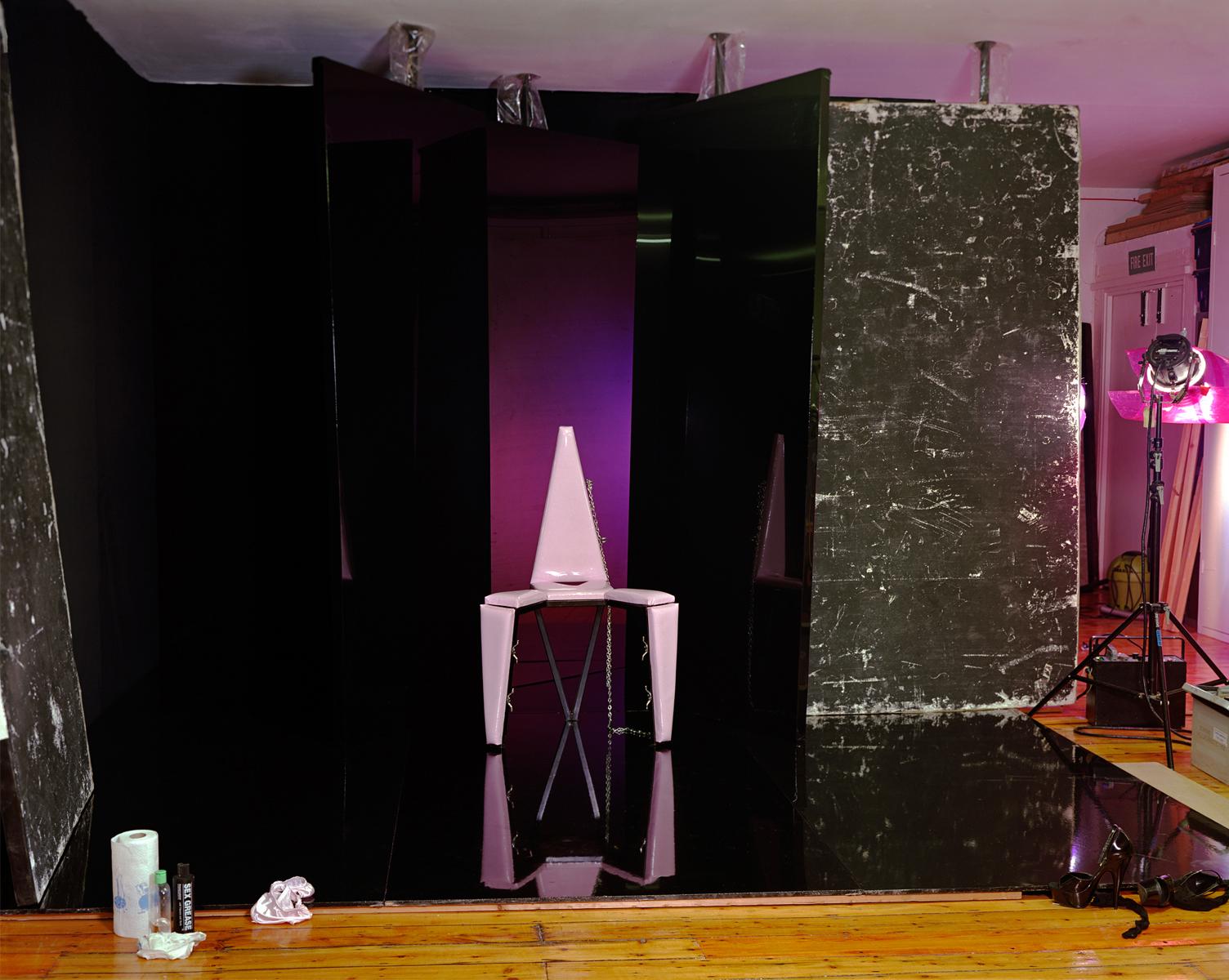 Сцена с розовым стулом. «Эта студия — единственный дом, который я знала, место безопасности, убежища