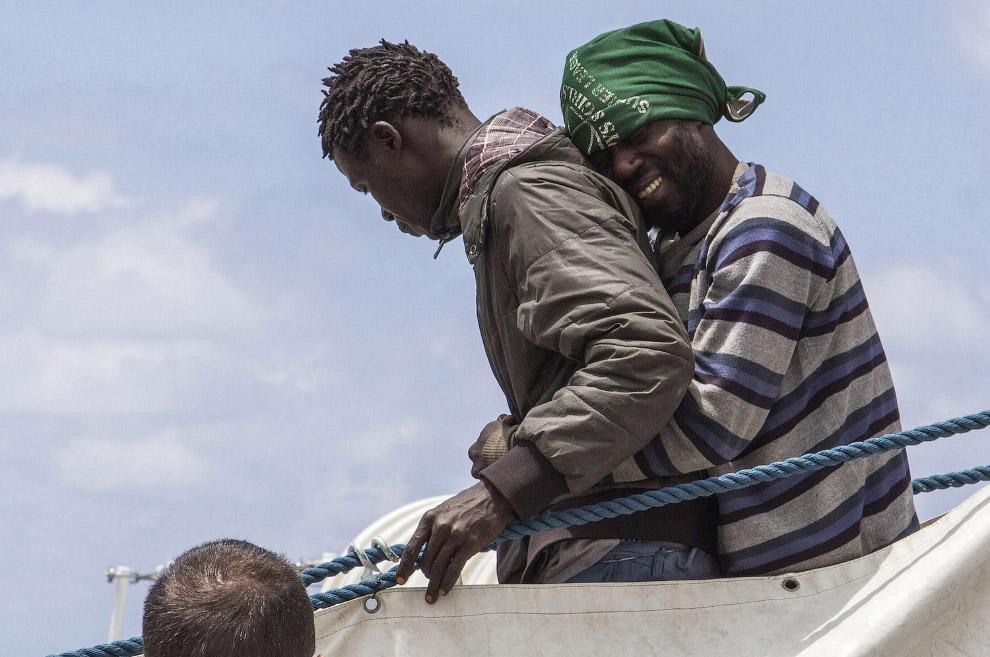 19. Деревянная лодка с мигрантами утонула в Эгейском море, трое погибли, 20 апреля 2015. (Фото