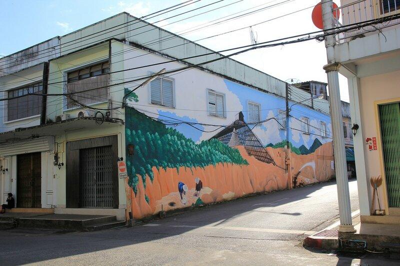 Граффити о работе на оловянных приисках на оной из стен старого города Такуа Па (Таиланд)