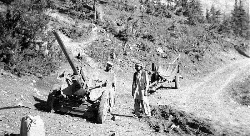 August_1984_-_captured_field_guns_in_Jaji,_Paktia.jpg