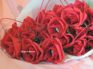 свит-дизайн, букет из конфет, розы из гофрированной бумаги, конфетные розы, ручная работа, подарки, цветы из бумаги, handmade, handwork, оригинальные подарки, праздник, оформление подарка