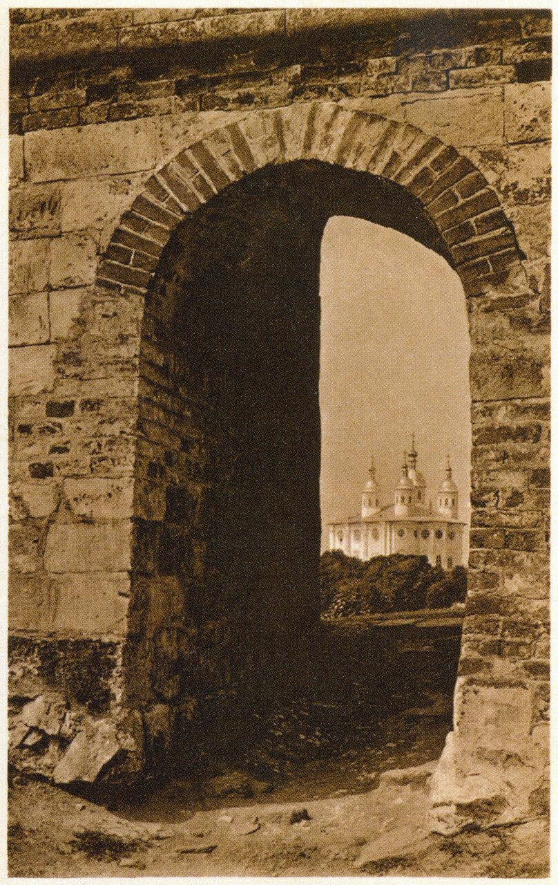 Вид на Успенский собор через проход в крепостной стене. 1900-е