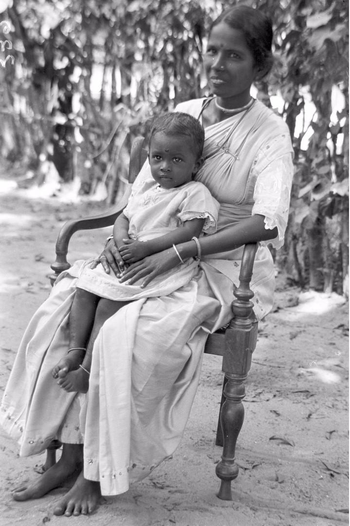 326. Калкуда. Жена тамильского старосты с ребенком