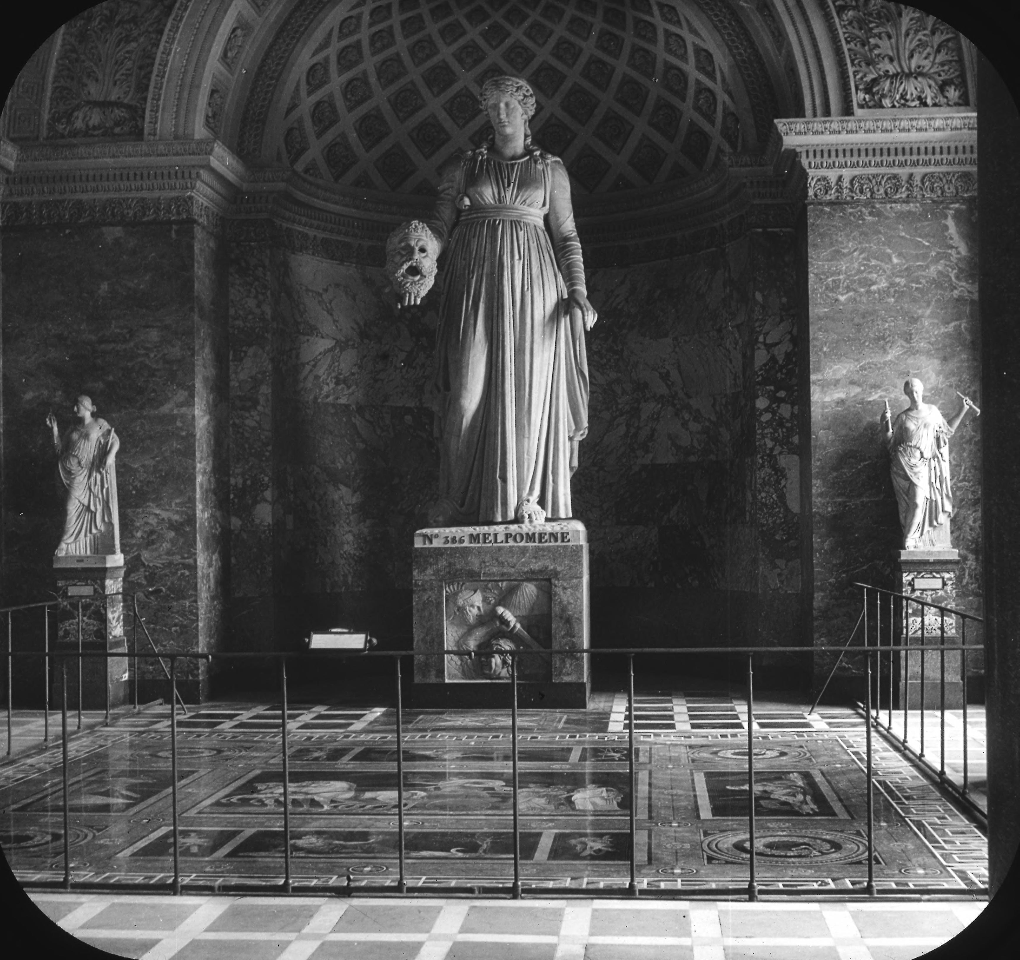 Лувр. Статуя Мельпомены