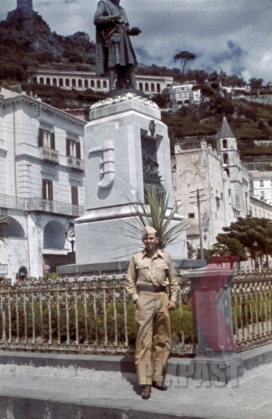 stock-photo-german-luftwaffe-soldier-in-front-of-statue-in-amalfi-italy-1942-12768 (1).jpg