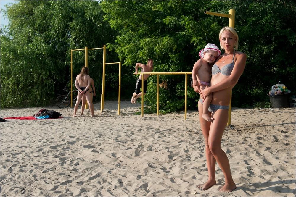 Украинцы на детских площадках в фотопроекте «Майданчик»