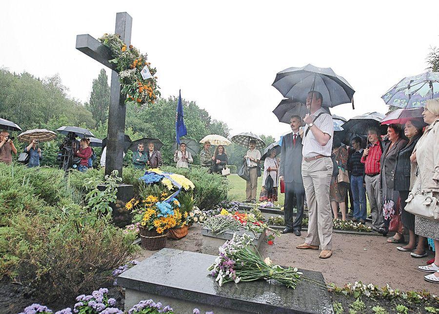 Крест и цветы для Елены Телиги
