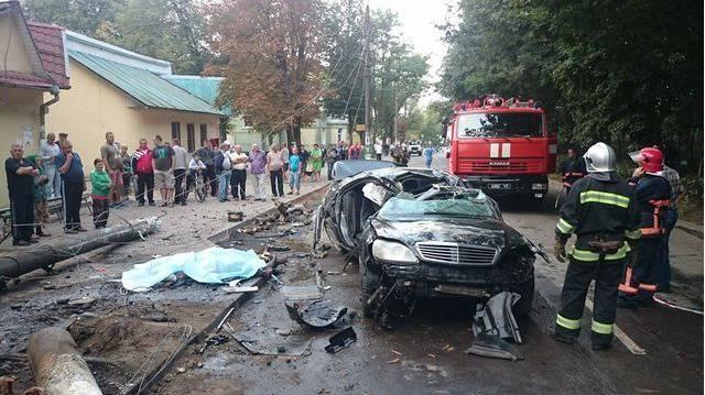 Mercedes снес столб в Коломые: водитель погиб, 2 пассажира травмированы. ФОТО