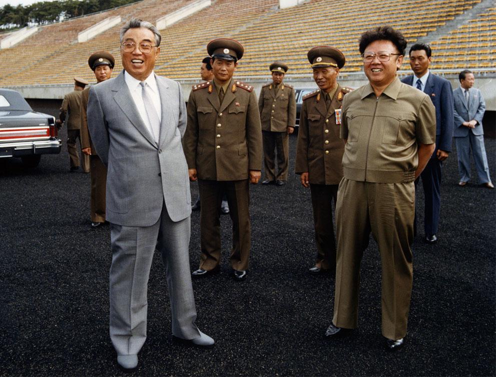 11. Лидер Ким Ир Сен с сыном Ким Чен Иром на футбольном стадионе в Пхеньяне в 1989году. (Korean Cent
