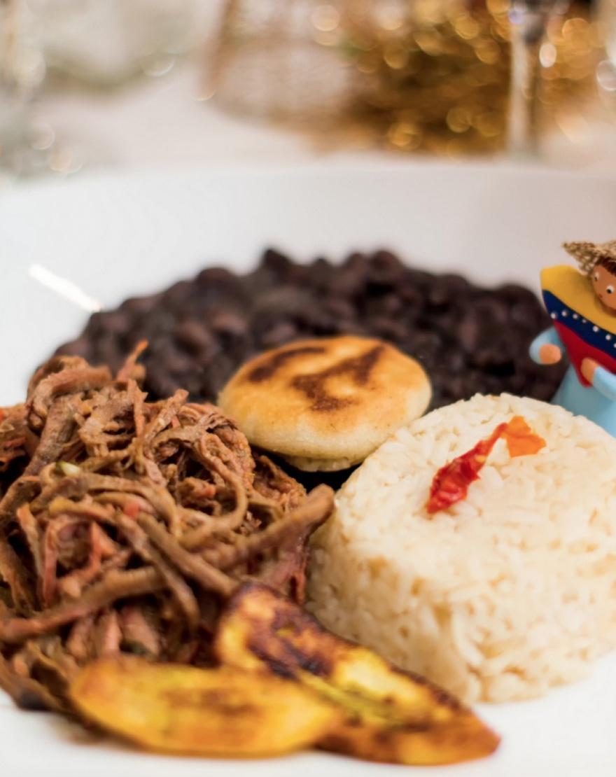34. Венесуэла Пабелльон криольо состоит из рубленой говядины, черных бобов, риса и сыра. Все это под