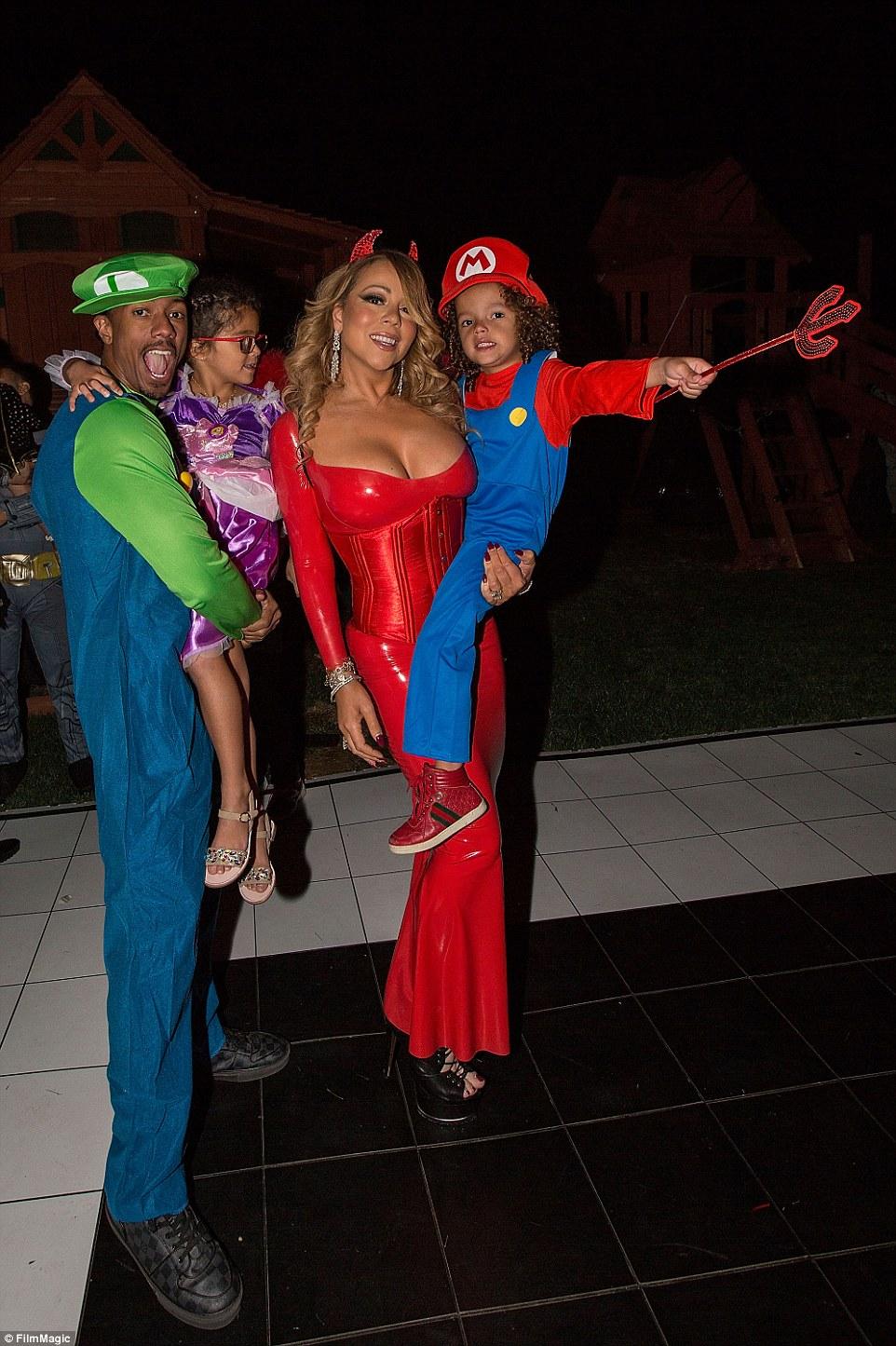 Певица Мэрайя Кэри в роли дьяволенка, а ее муж и дочка — супербратья Марио.