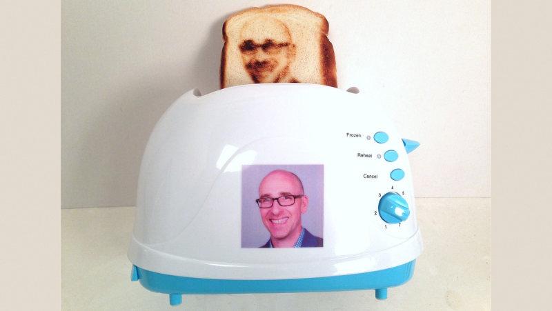 В продаже появился тостер, выжигающий селфи на хлебе