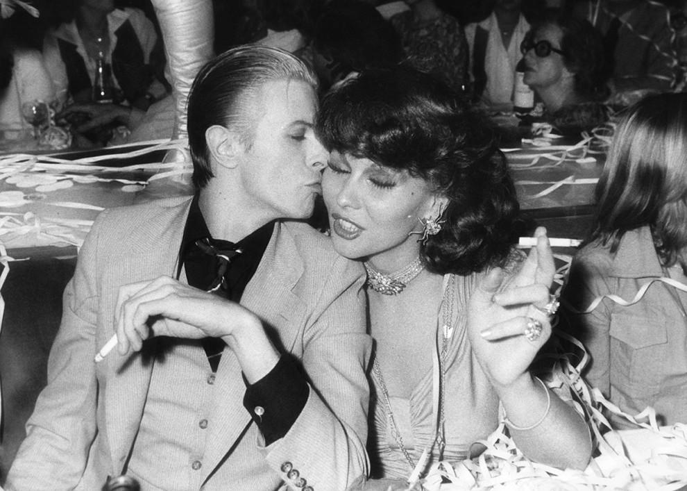 Дэвид Боуи и нидерландская певица и актриса Роми Хааг наслаждаются сигареткой в клубе Alcazar в Пари