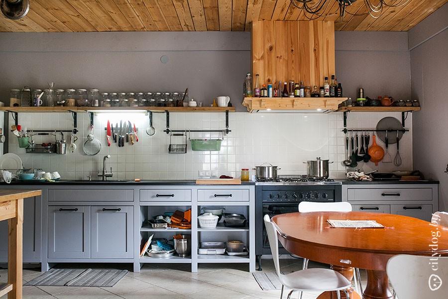 43. Остальная мебель в кухне почти вся из IKEA, только стол и стулья у окна, духовка — итальянские.