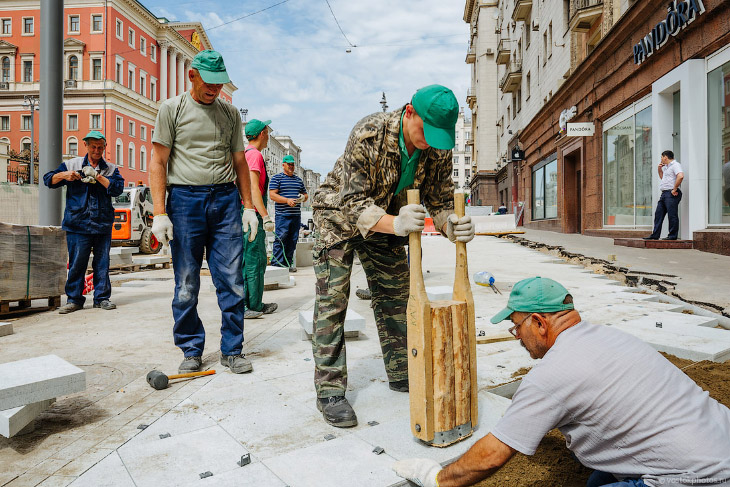 Как укладывают тротуарную плитку на Тверской (42 фото)