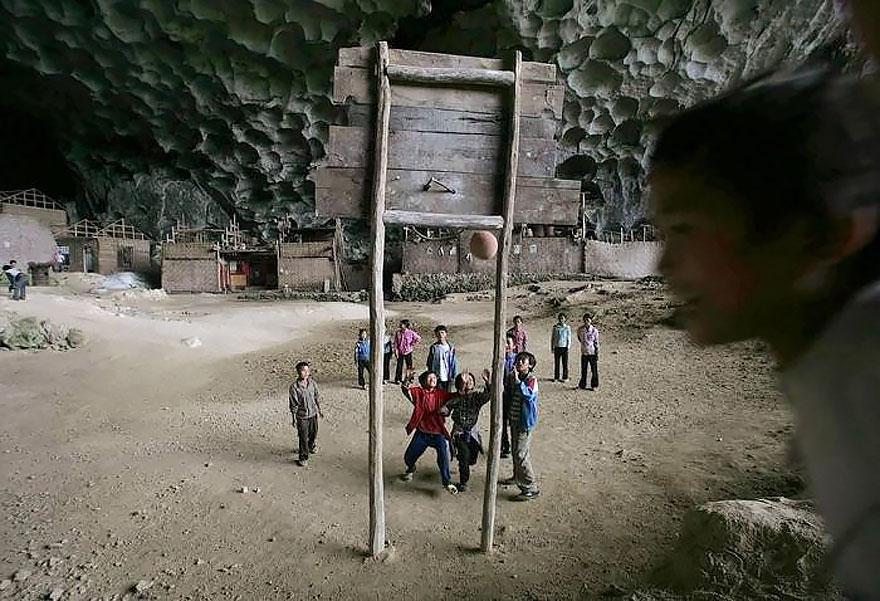 В деревне даже есть своя баскетбольная площадка.