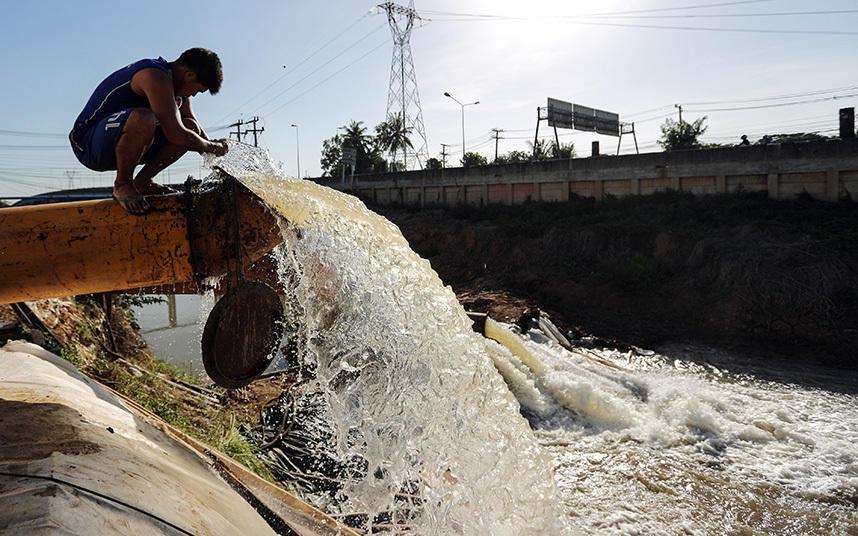 15. Рабочий открывает водопроводную трубу в провинции Чайнат, Таиланд.
