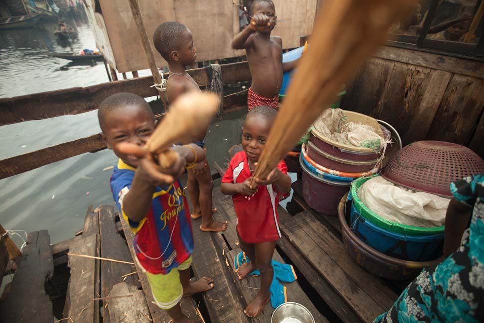 Нигерия, семейный доход — 124 доллара на взрослого в месяц. Любимая игрушка — деревянные палки.