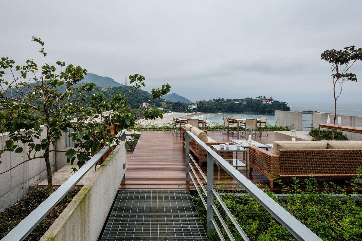 терраса в частном доме с видом на берег