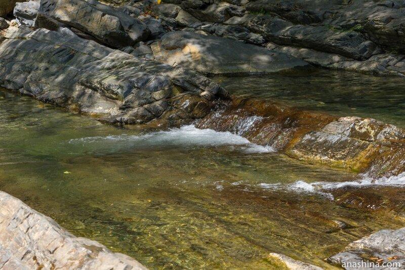 Вода среди камней, Корыта
