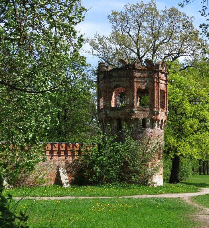 Кирпичная башня и стена.