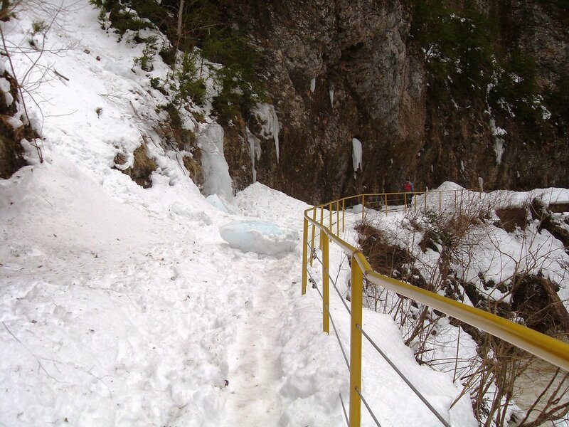 На снежной тропе, у реки ... SDC18791.JPG