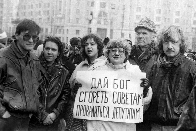 626689 Валерия Новодворская с политическим лозунгом.jpg