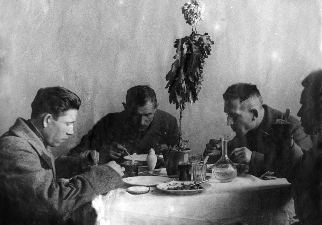 1932. Командный состав полковой школы 62 кавалерийского полка особой кавалерийской дивизии на обеде перед парадом
