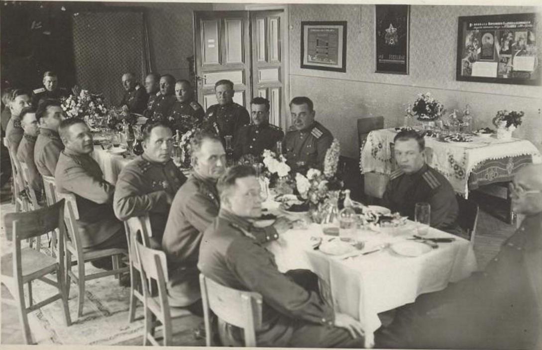 1945. Застолье
