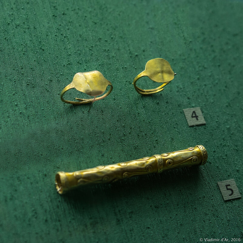 Перстни и трубочка-пронизь (?). IV-V в. до н.э. Золото.