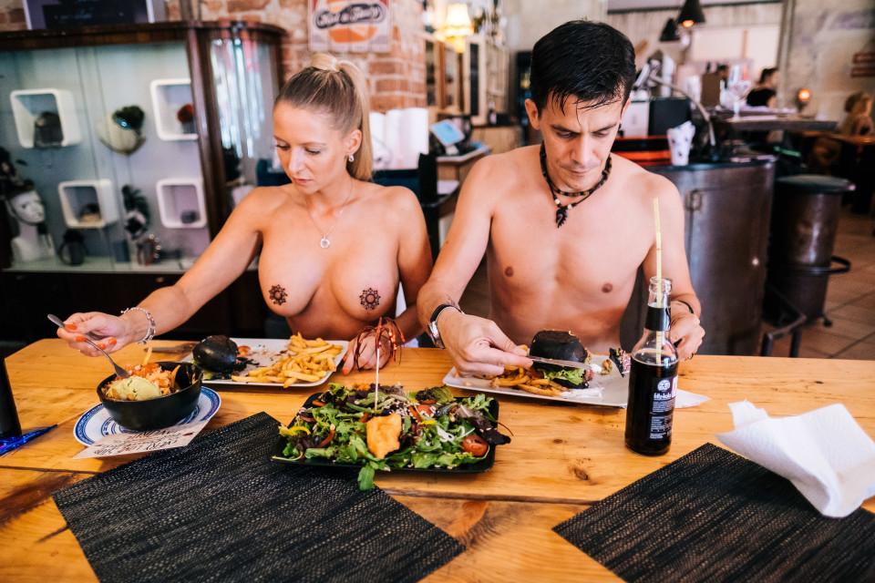 голые на кафе-фото ребят считалась