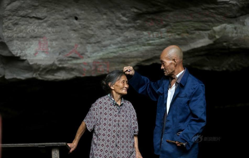 Китайская пара 54 года живет в пещере