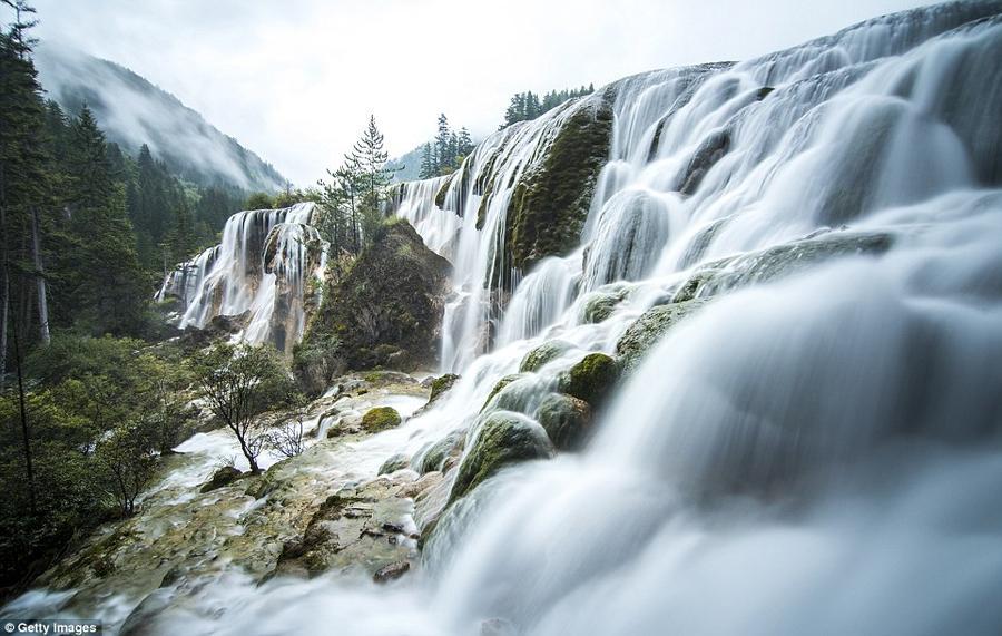 18. Жемчужный водопад в заповеднике Цзючжайгоу — одно из самых красивых мест в этом парке, которое ч
