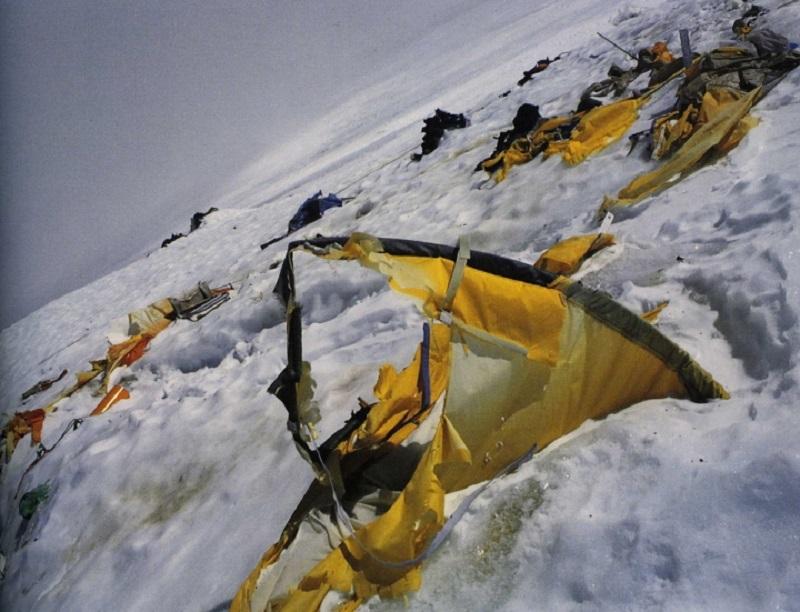 От этих снимков даже у бывалых любителей экстрима по спине пробегает мороз. Покорить Эверест решаютс